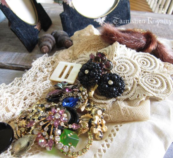 lace_basket_velvet_frames_jewels